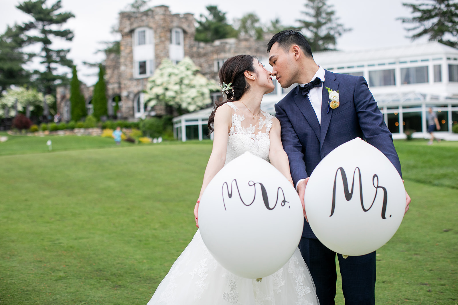 Using balloons as props for your wedding or engagement photoshoot